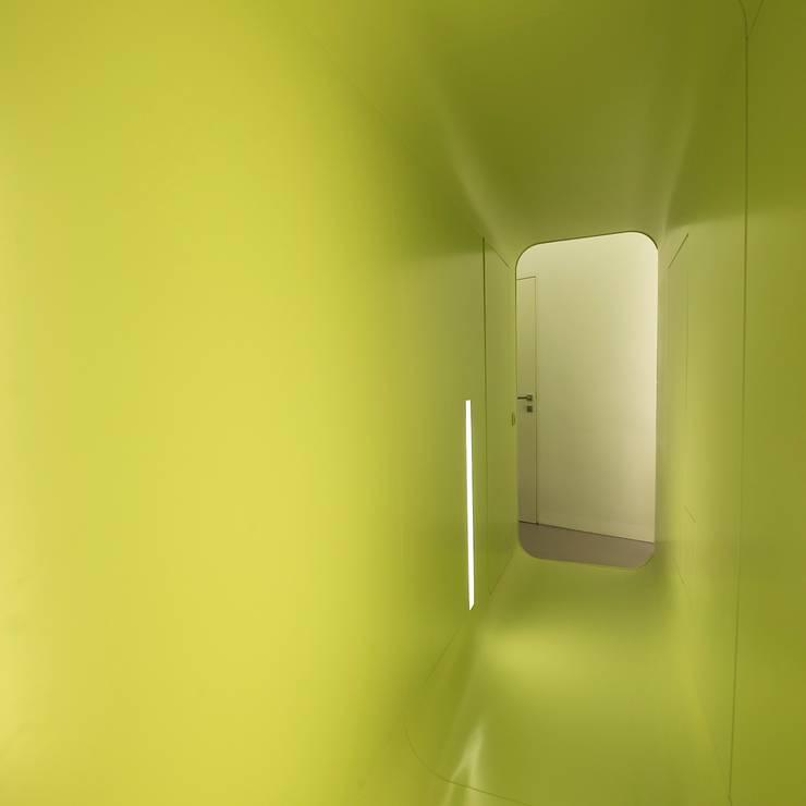eingang:  Flur, Diele & Treppenhaus von 3rdskin architecture gmbh