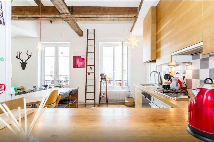 Combles dans Paris: Cuisine de style  par Atelier Jérôme Lanici