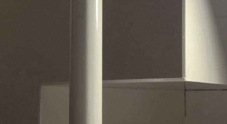 Dettaglio della scala in soggiorno: Soggiorno in stile  di PLUS ULTRA studio, Minimalista