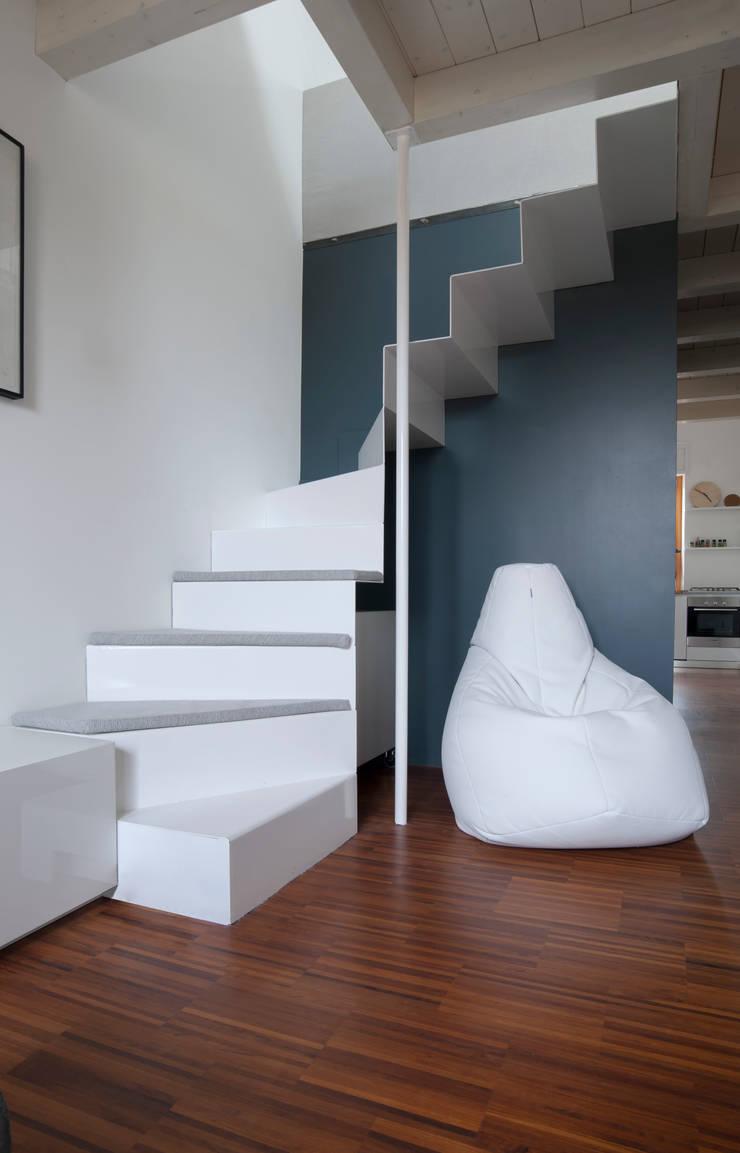 La scala in lamiera piegata : Soggiorno in stile  di PLUS ULTRA studio, Moderno