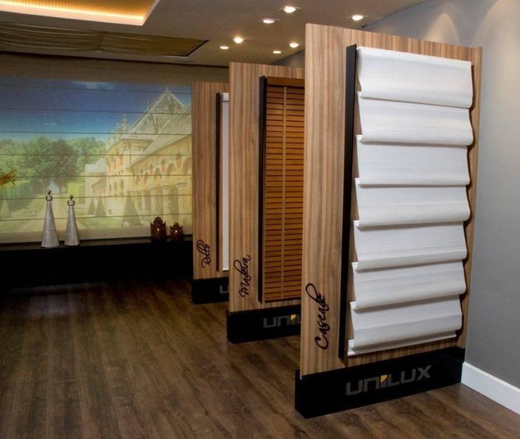 Loja de persianas -  CASA NOVA 2009 (Fotos Lio Simas): Lojas e imóveis comerciais  por ArchDesign STUDIO