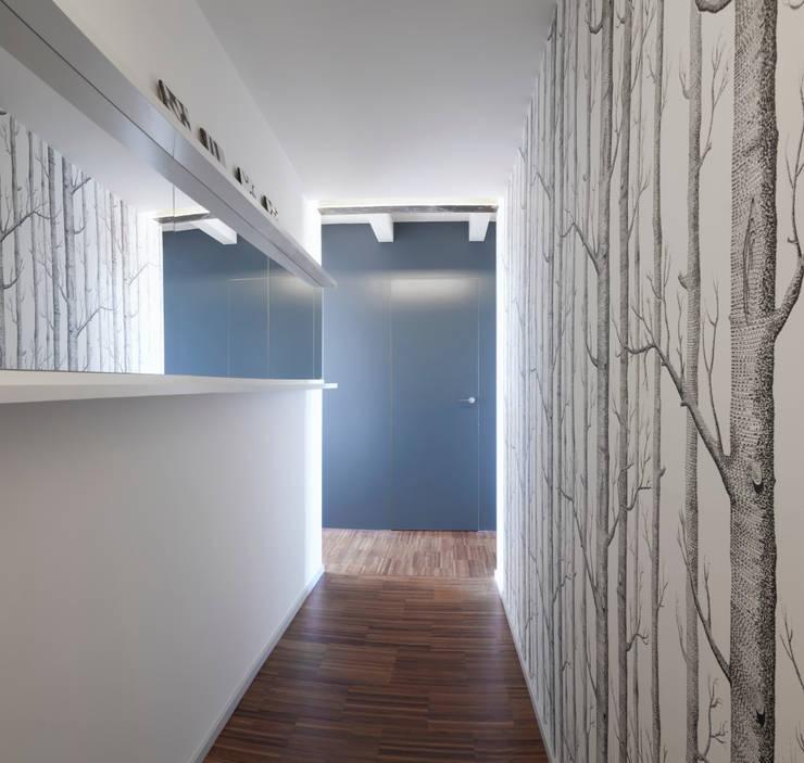 Vista dall'ingresso: Ingresso & Corridoio in stile  di PLUS ULTRA studio, Moderno