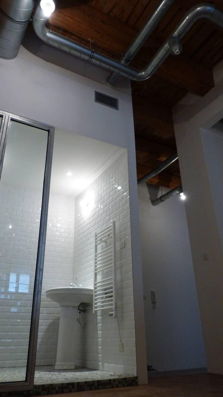 Entrepôt transformé en Loft à Marseille: Salle de bains de style  par MàJ Architectes