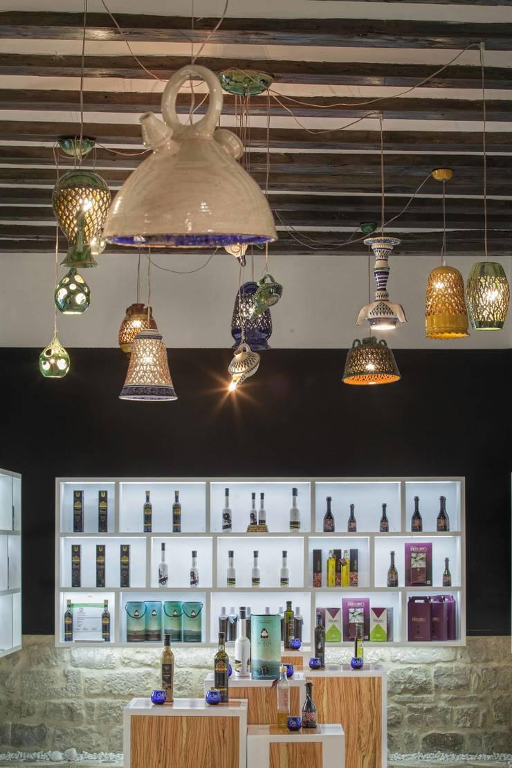 Tienda del Aceite, Úbeda: Espacios comerciales de estilo  de moreandmore design