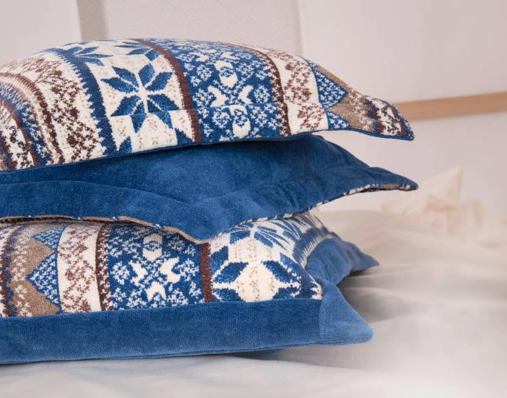 FEILER – winterliche Behaglichkeit mit BALTIC BLUE:  Wohnzimmer von FEILER