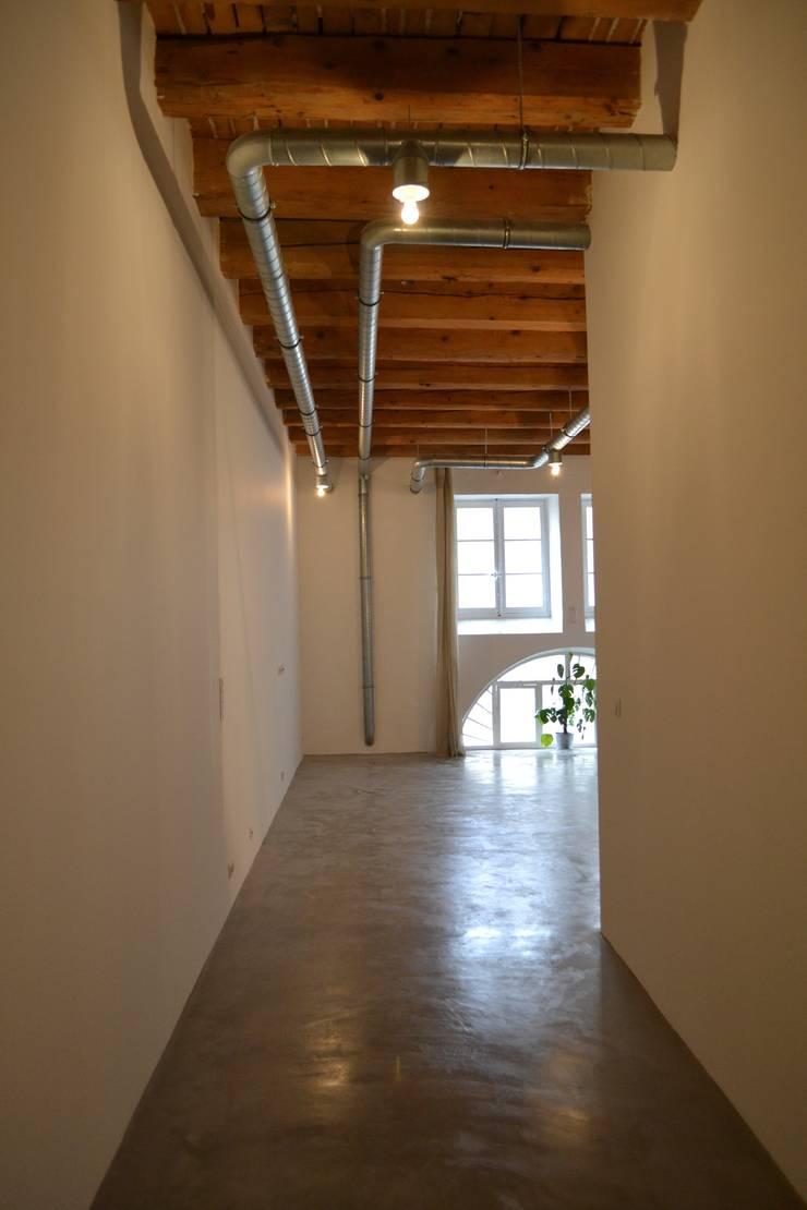 Entrepôt transformé en Loft à Marseille: Couloir et hall d'entrée de style  par MàJ Architectes