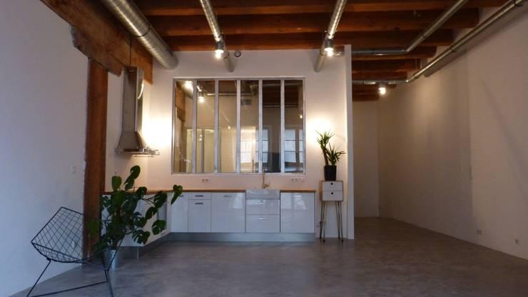 Entrepôt transformé en Loft à Marseille: Cuisine de style  par MàJ Architectes