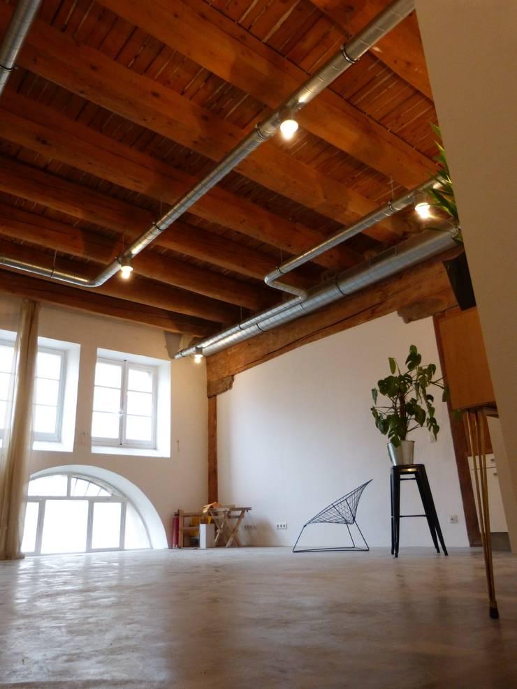 Entrepôt transformé en Loft à Marseille: Salon de style  par MàJ Architectes
