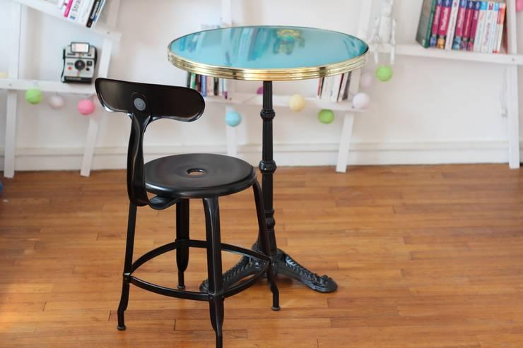 Table de bistrot Ardamez turquoise / laiton + Chaise Nicolle: Salle à manger de style  par Ardamez