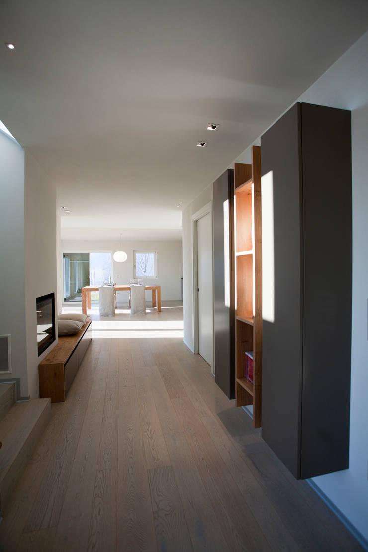 CASA GI: Ingresso & Corridoio in stile  di marco.sbalchiero/interior.design