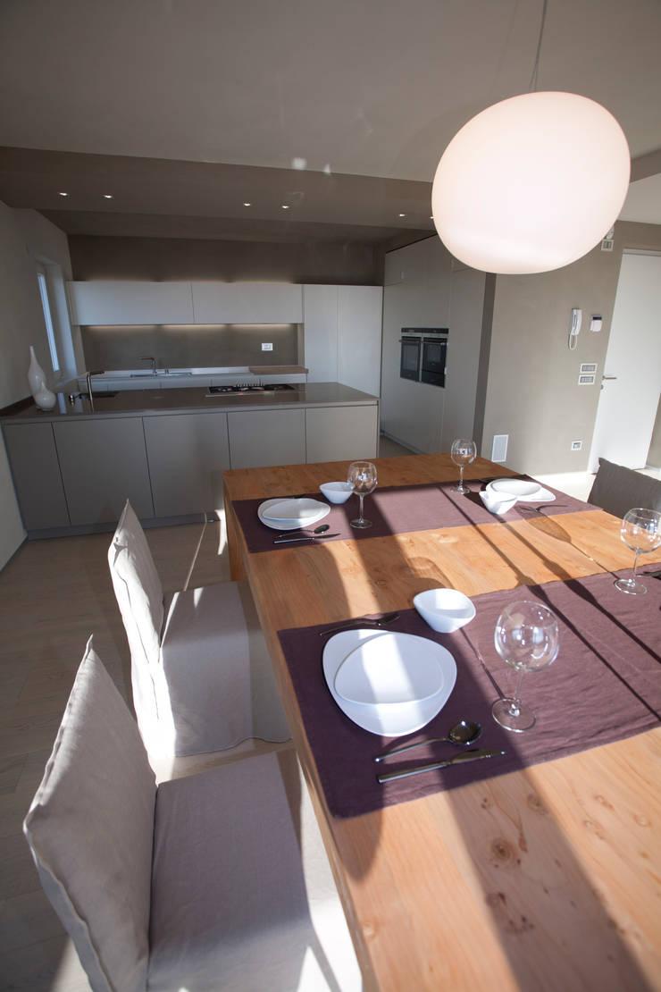 CASA GI: Sala da pranzo in stile  di marco.sbalchiero/interior.design