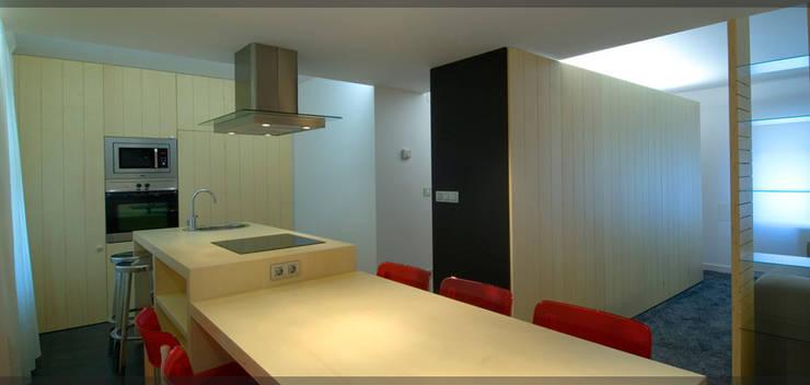 Apartamento en Juan de Itziar..: Cocinas de estilo  de Estudio TYL