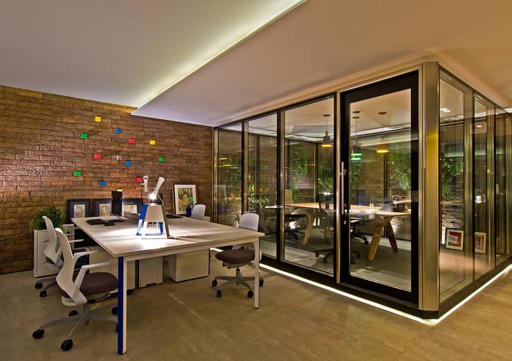 OFFICE URBANO - CASA COR 2014 (Fotos Lio Simas): Edifícios comerciais  por ArchDesign STUDIO