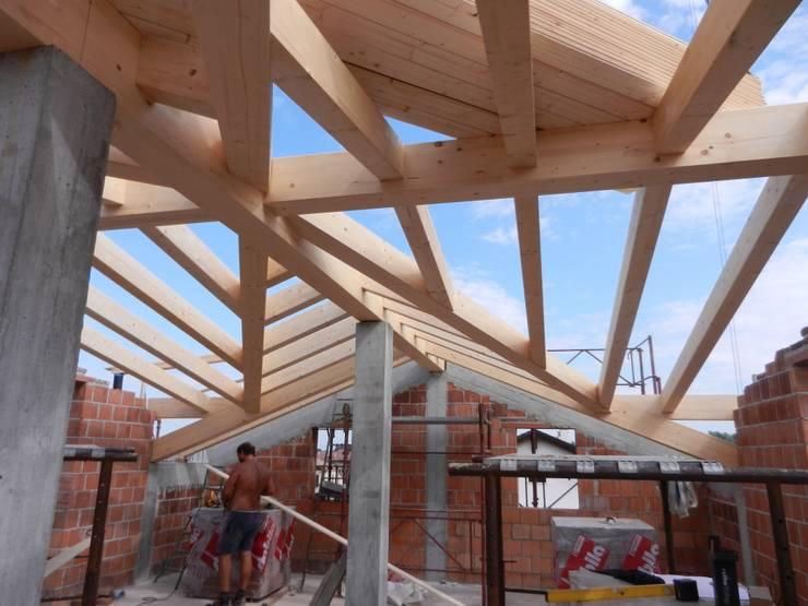 Montaggio tetto in legno: Soggiorno in stile  di B.Mid, Rustico