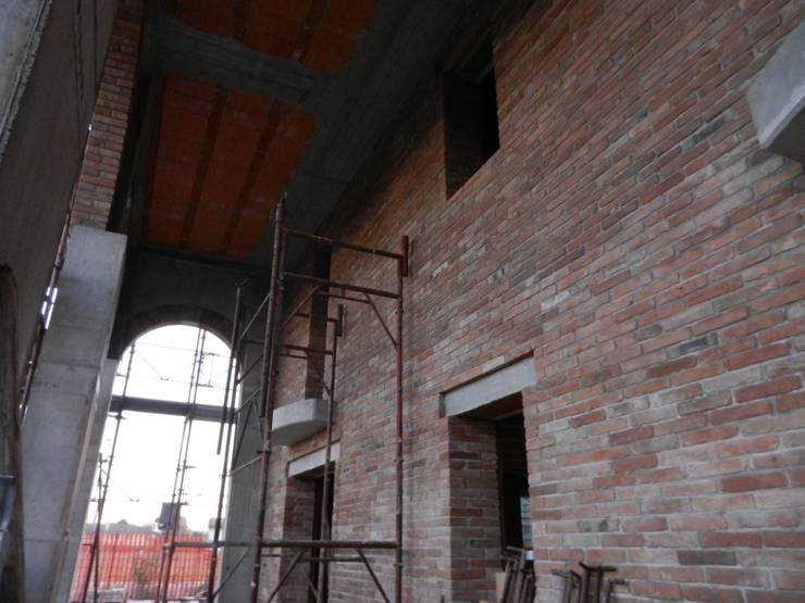 Parete portico in pietra: Terrazza in stile  di B.Mid, Rustico