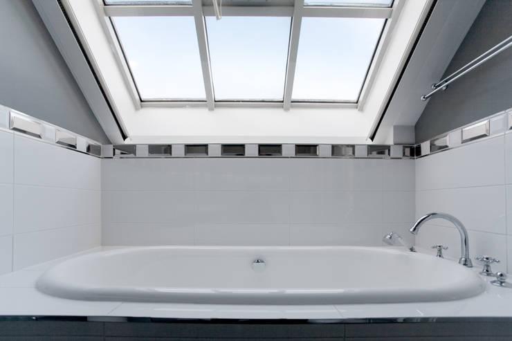 Hôtel particulier place Furstenberg: Salle de bains de style  par Pogonos