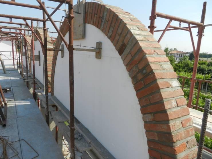 Arco in pietra: Pareti in stile  di B.Mid, Rustico