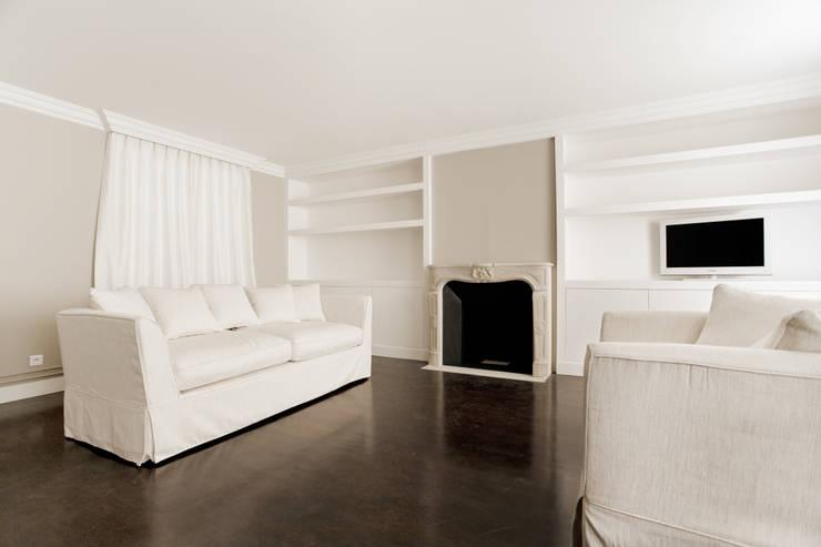 Hôtel particulier place Furstenberg: Salon de style  par Pogonos