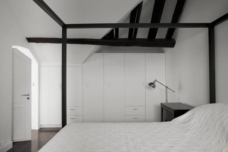 Hôtel particulier place Furstenberg: Chambre de style  par Pogonos