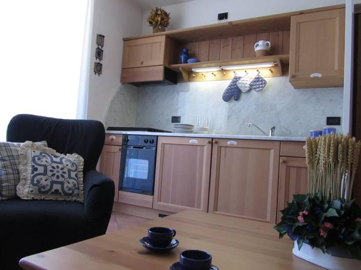 Casa in Valtellina: Cucina in stile  di CS design studio,