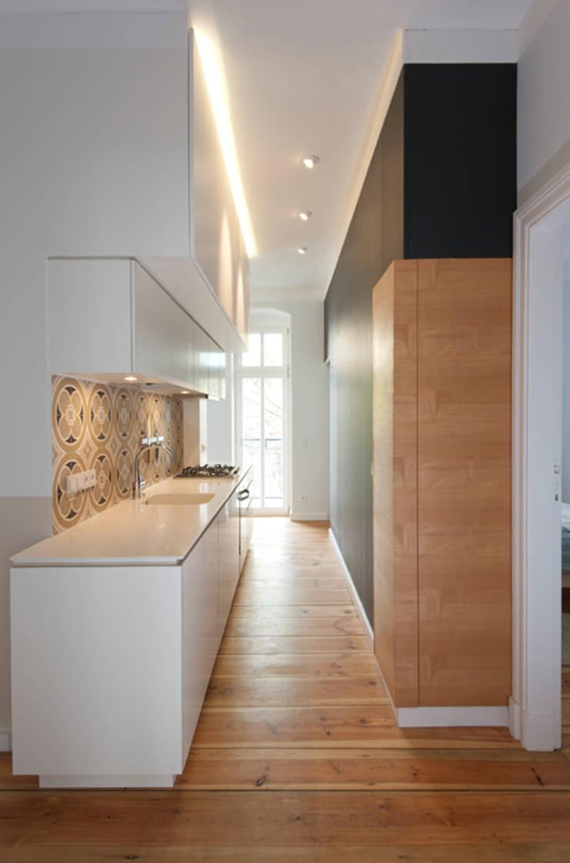 KUBUS MIT KÜCHENZEILE UND DARÜBERLIEGENDEM STAURAUM:  Küche von Eyrich Hertweck Architekten,Modern