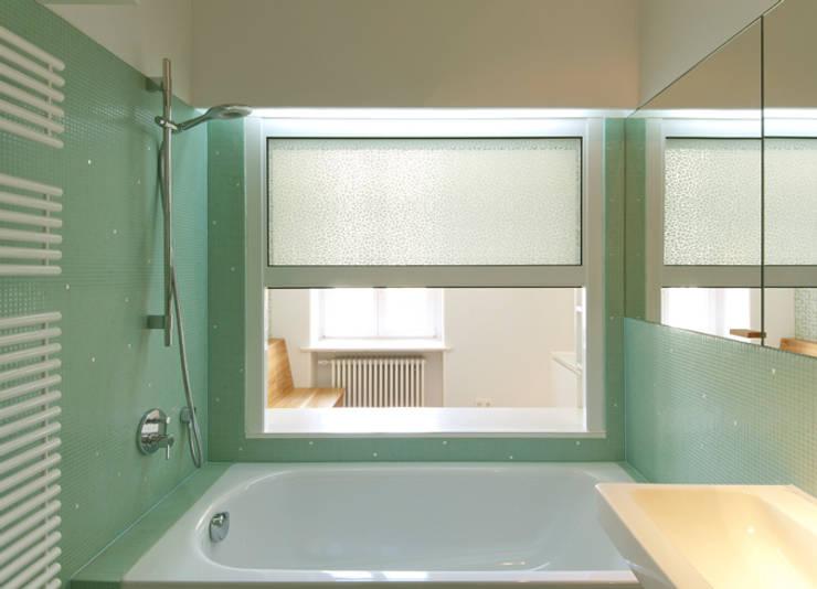 BLICK AUS DEM HOCHSCHIEBEFENSTER ZUR ESSNISCHE:  Badezimmer von Eyrich Hertweck Architekten,Modern