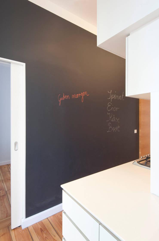WAND MIT TAFELFARBE UND SCHIEBETÜR:  Küche von Eyrich Hertweck Architekten,Modern