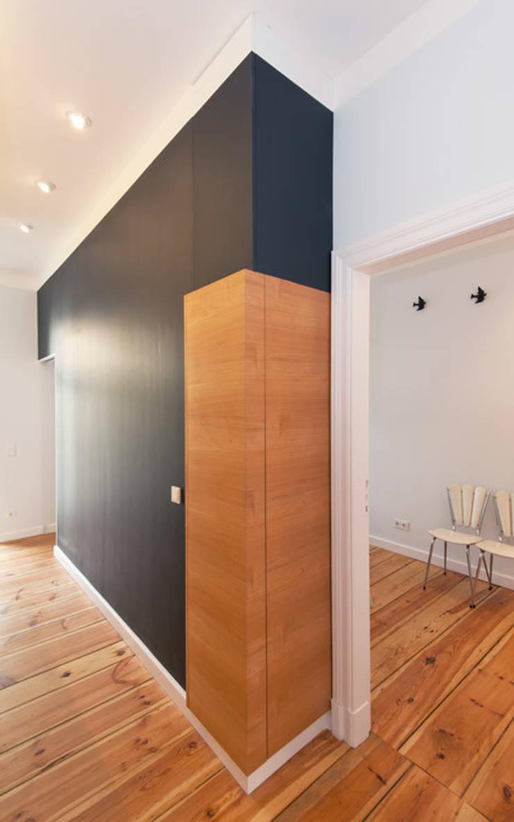 EINBAUSCHRANK HELLES KIRSCHFURNIER, WAND MIT TAFELFARBE:  Küche von Eyrich Hertweck Architekten,Modern