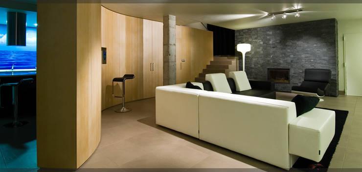 Casa en Goiuria..: Salones de estilo  de Estudio TYL