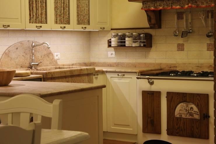 Cucina Shabby Chic : Cucina in stile  di Falegnameria Ferrari