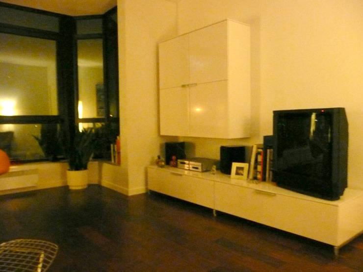 Appartement particulier de 45 m2: Salon de style  par Pogonos