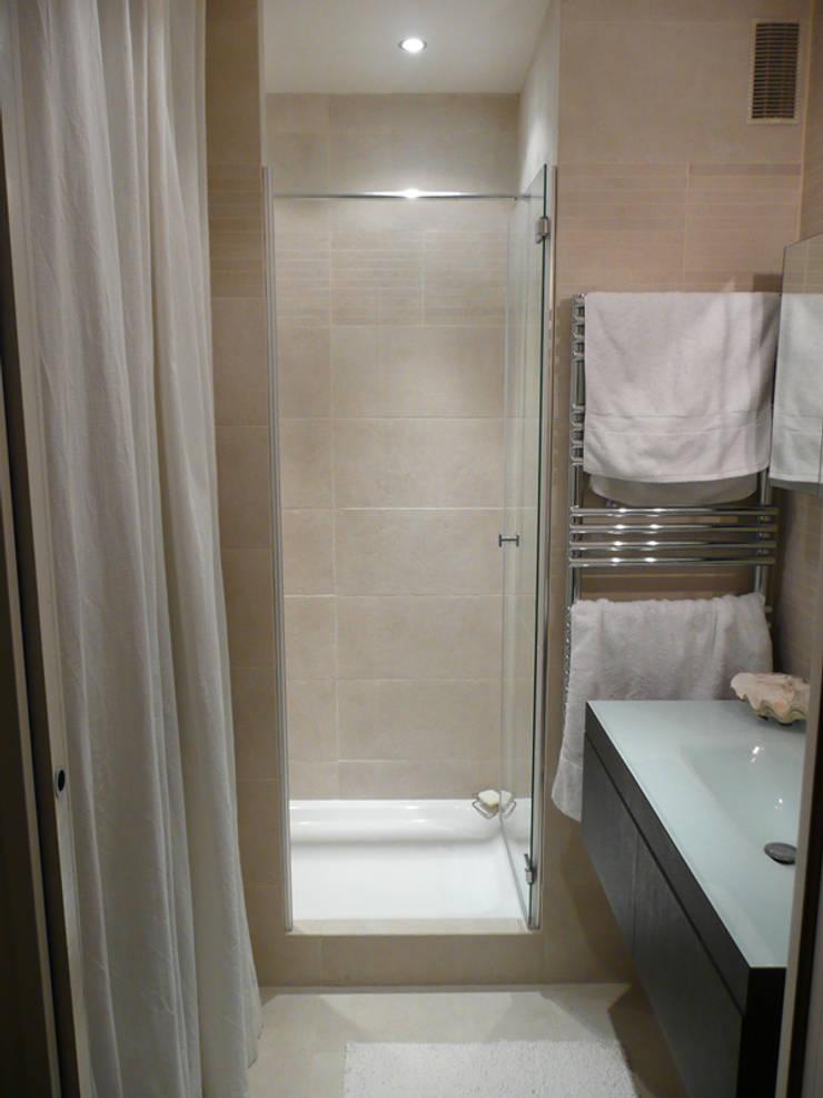 Appartement particulier de 45 m2: Salle de bains de style  par Pogonos