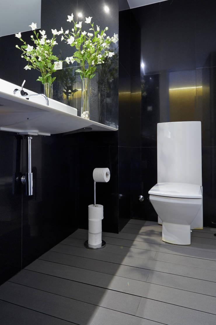 Baño con suelo de tarima técnica de exterior gris - Tarimas de Autor: Bagno in stile  di Tarimas de Autor