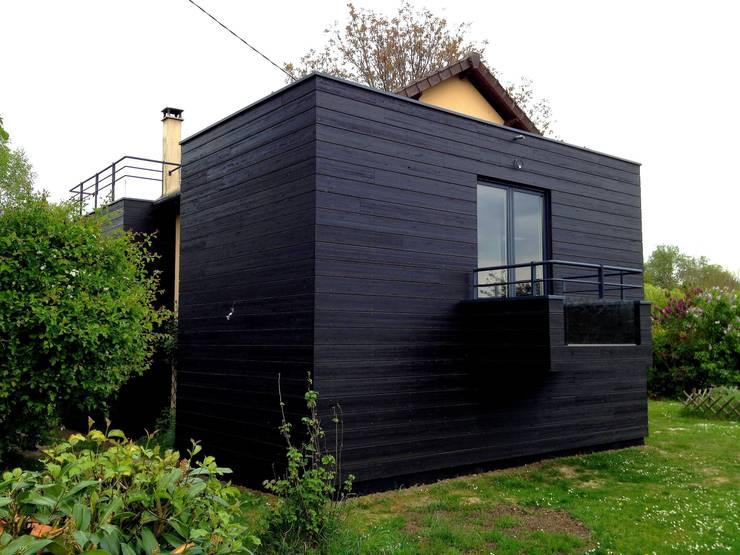 Extension en ossature bois d'un <q>pavillon</q> traditionnel sur un grand terrain avec vue sur le fleuve:  de style  par Philippe Gobin Architecte