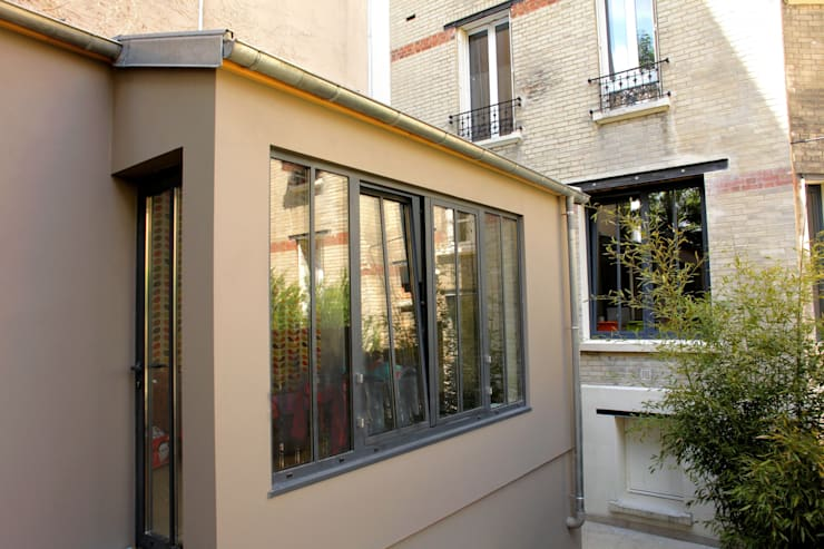 Extension en ossature bois d'un appartement dans l'esprit <q>atelier parisien</q> (92):  de style  par Philippe Gobin Architecte