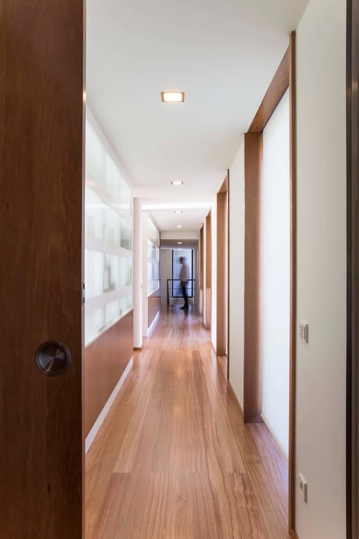 Casa JD: Corredores e halls de entrada  por Atelier Lopes da Costa