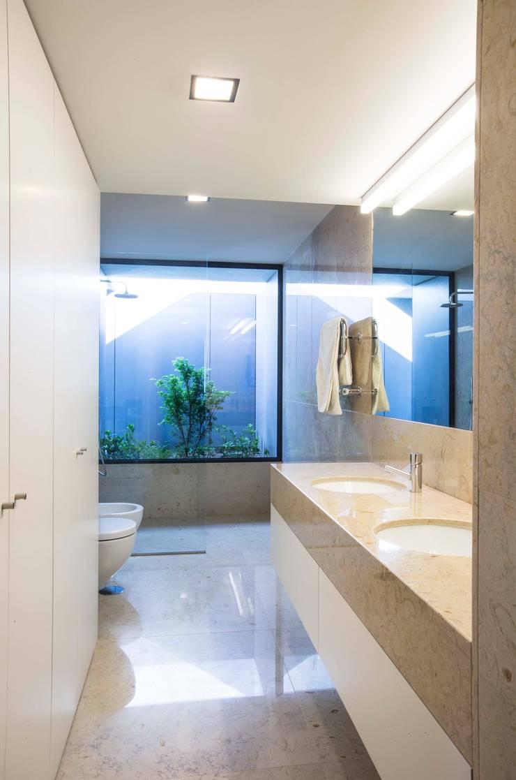 Casa JD: Casas de banho  por Atelier Lopes da Costa