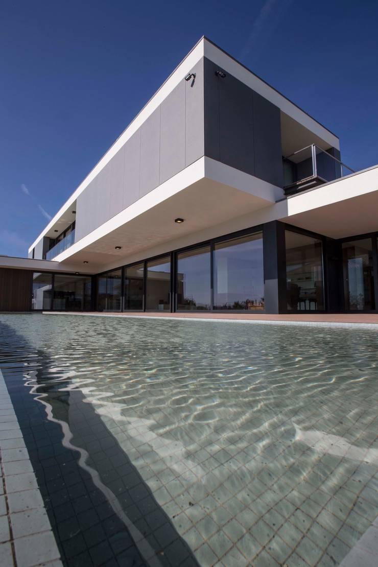 Casa JD: Piscinas  por Atelier Lopes da Costa