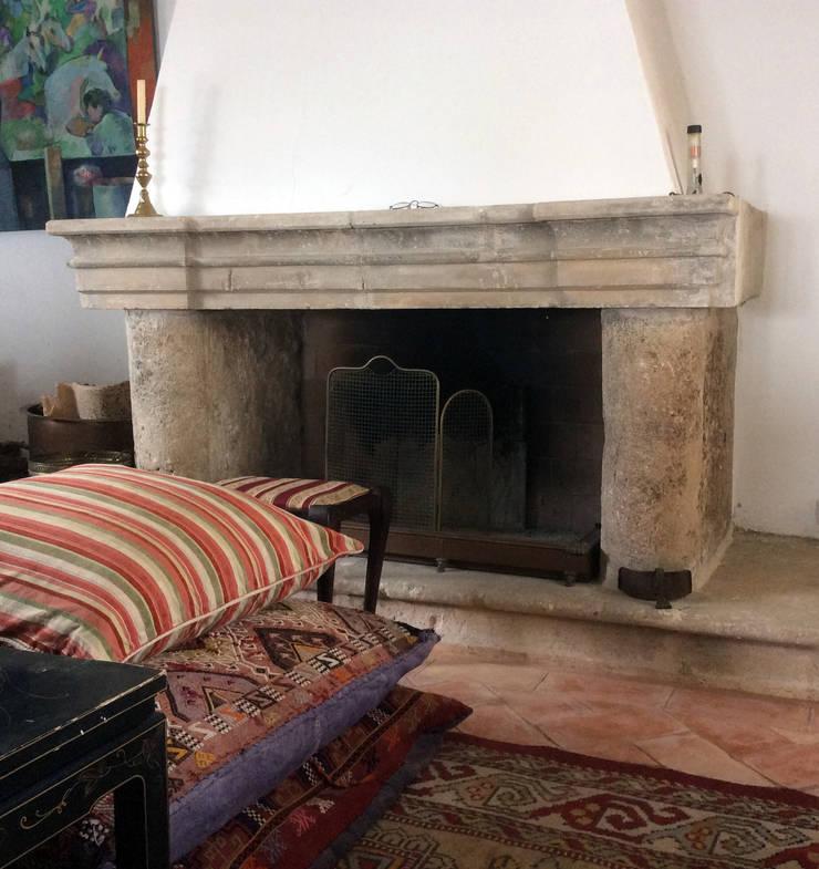 Una buena chimenea de piedra.: Salones de estilo  de Anticuable.com