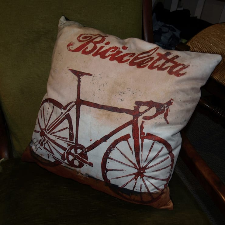 Bicicletta cushion:  Living room by Thuline, Studio-Gallery