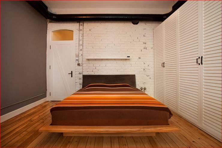 DICLE HOKENEK ARCHITECTURE – SO EVI: modern tarz Yatak Odası