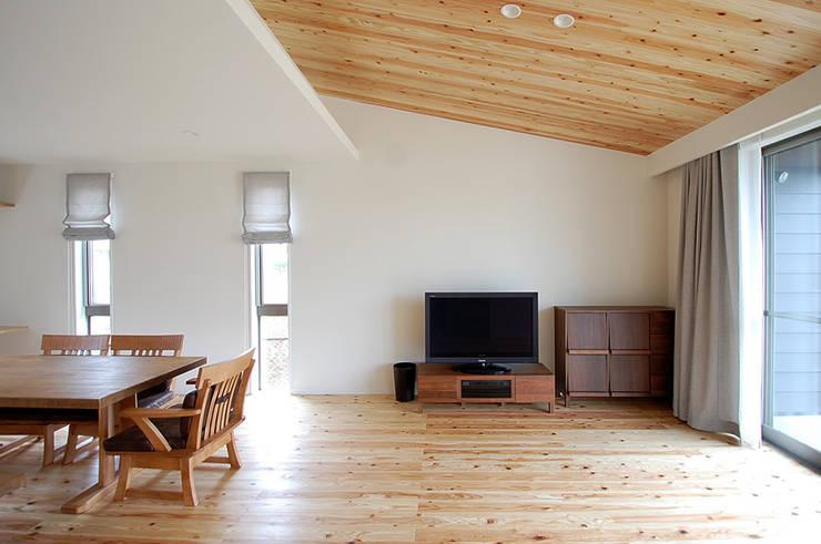 Projekty,  Salon zaprojektowane przez スペースキューブ一級建築士事務所/Space Cube
