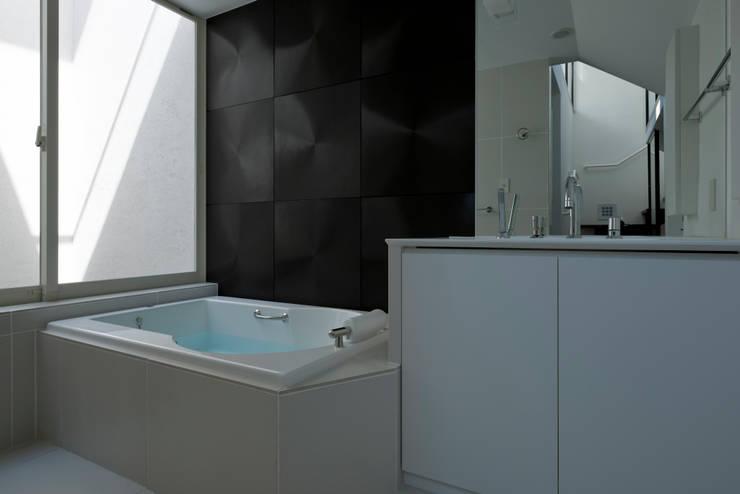 metis: 筒井紀博空間工房/KIHAKU tsutsui TOPOS studioが手掛けた浴室です。