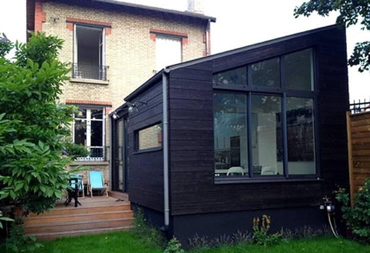 Création d'une extension de type HQE à ossature bois à Colombes (92):  de style  par Philippe Gobin Architecte