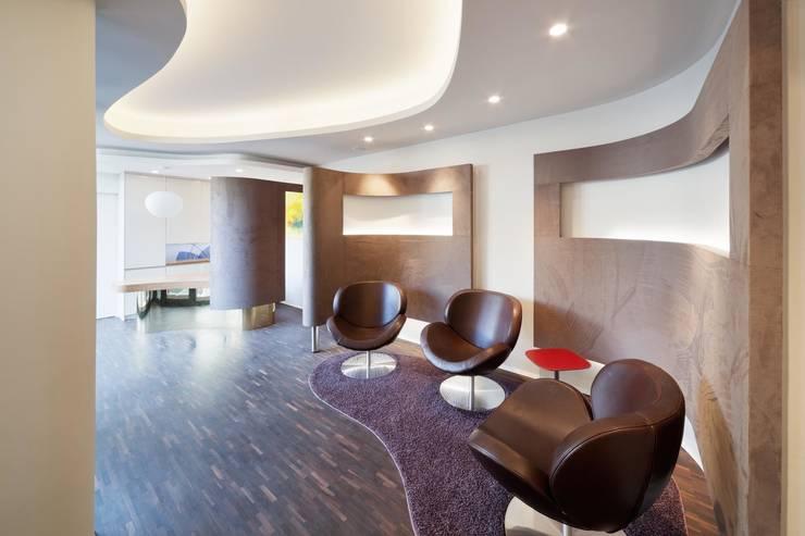 Wohnhaus mit Praxis:  Praxen von Claus + Pretzsch Architekten BDA