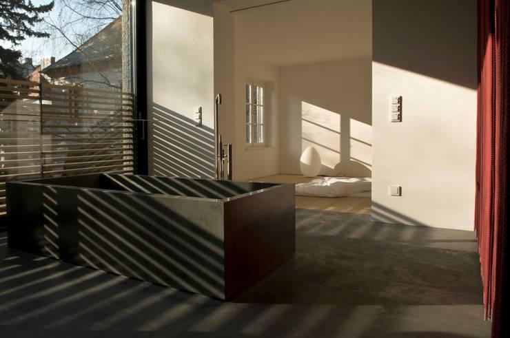 Bad und Schlafbereich : moderne Badezimmer von peter glöckner   architektur