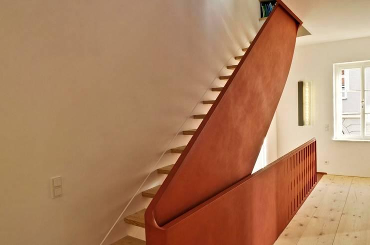 alte und neue Treppe :  Flur & Diele von peter glöckner   architektur