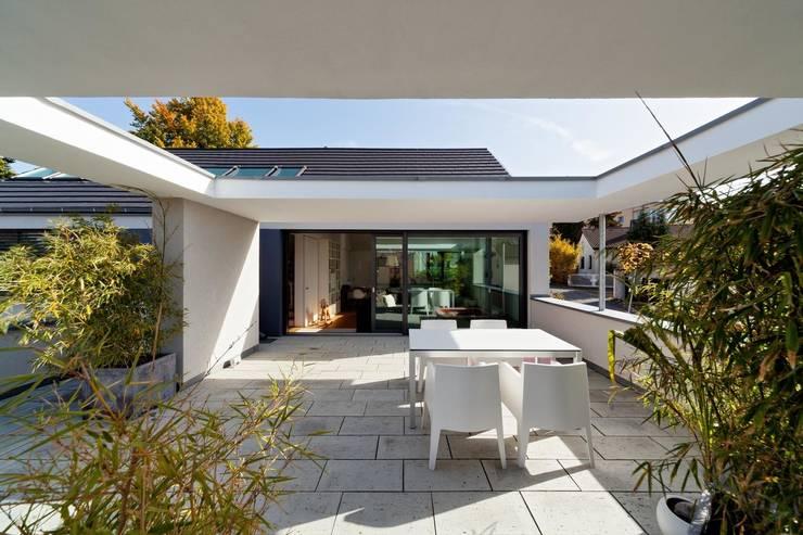 Wohnhaus mit Praxis:  Terrasse von Claus + Pretzsch Architekten BDA