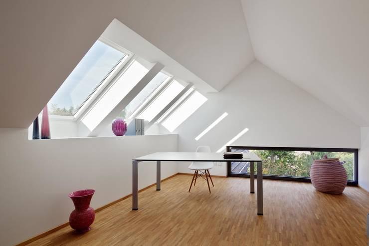 Wohnhaus mit Praxis:  Arbeitszimmer von Claus + Pretzsch Architekten BDA