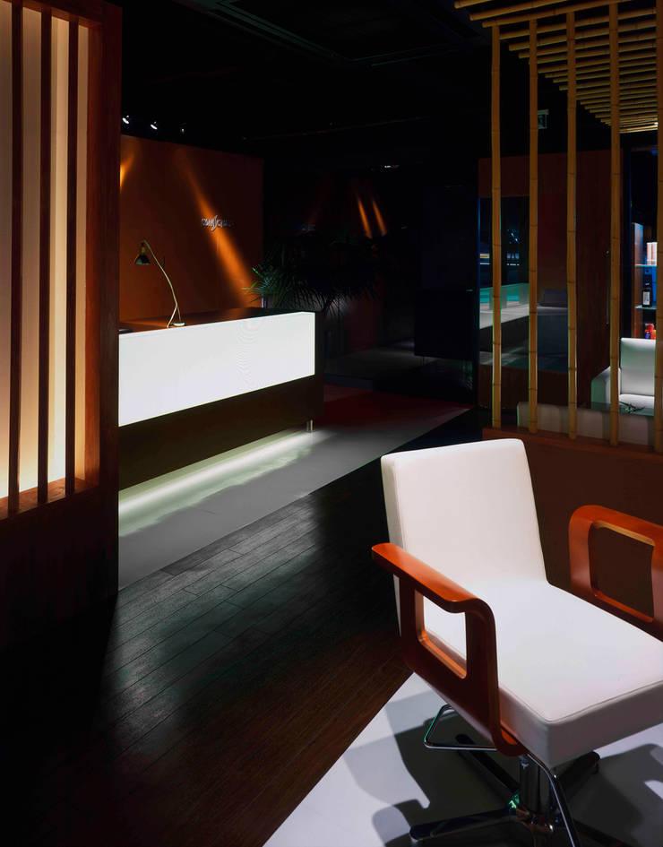 光る受付カウンター: Shigeo Nakamura Design Officeが手掛けたオフィススペース&店です。,